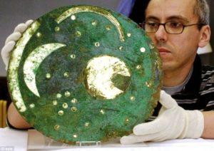 Рис. 6. Немецкий учёный держит диск из Небры в своих руках